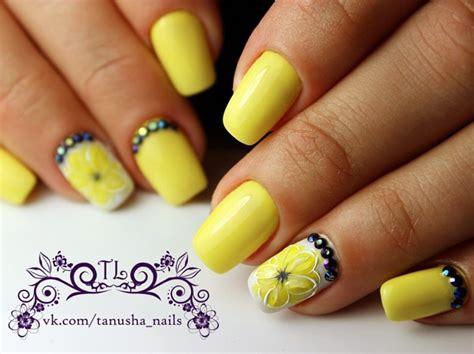 White And Yellow Nail Art Communiquerenligne