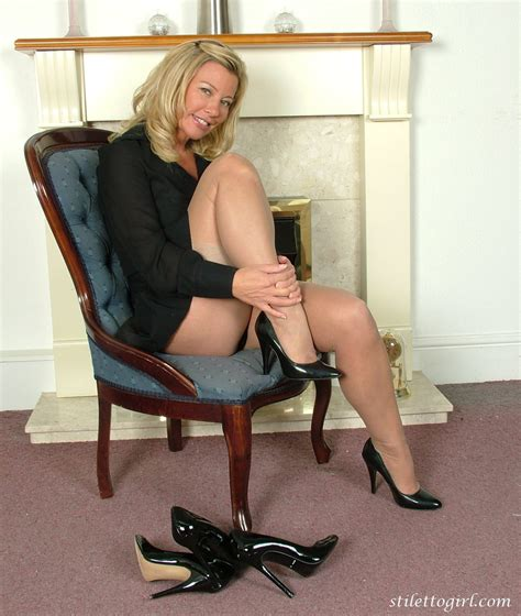 High heels leggy girls stilettogirl.com pictures Sexy babe loves to show off those gorgeous high ...