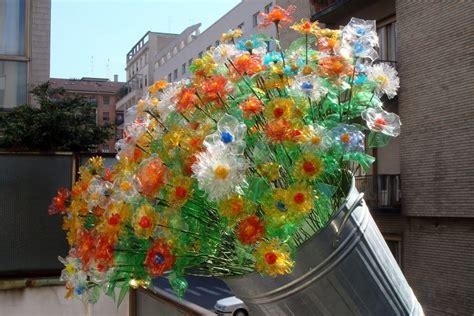 fiori bottiglie di plastica record per la raccolta e riciclaggio di bottiglie di