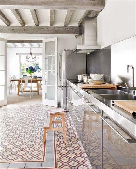 A White And Wood House For A Stylish Family by Nowoczesna Srebrna Kuchnia I Drewniane Szare Zdjęcie W