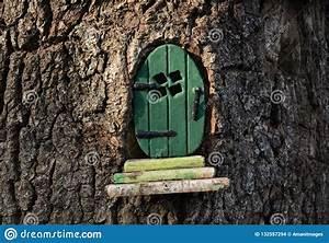 Comment Creuser Un Tronc D Arbre : peu porte verte de f e lutin dans un tronc d 39 arbre photo stock image du magie vert 132557294 ~ Melissatoandfro.com Idées de Décoration