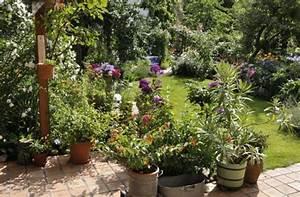 Grosse Kübelpflanzen Sichtschutz : terrasse bergang in den garten gestalten mein sch ner garten ~ Whattoseeinmadrid.com Haus und Dekorationen