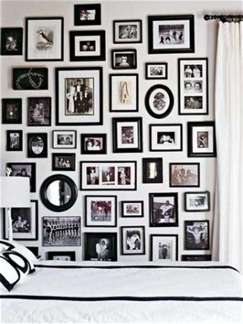 cornici nere come decorare le pareti con foto la figurina