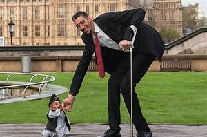World's tallest man and shortest man meet for Guinness ...
