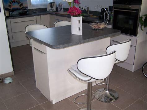 table cuisine rectangulaire cuisine cuisine taupe et bois finition brillante pour une