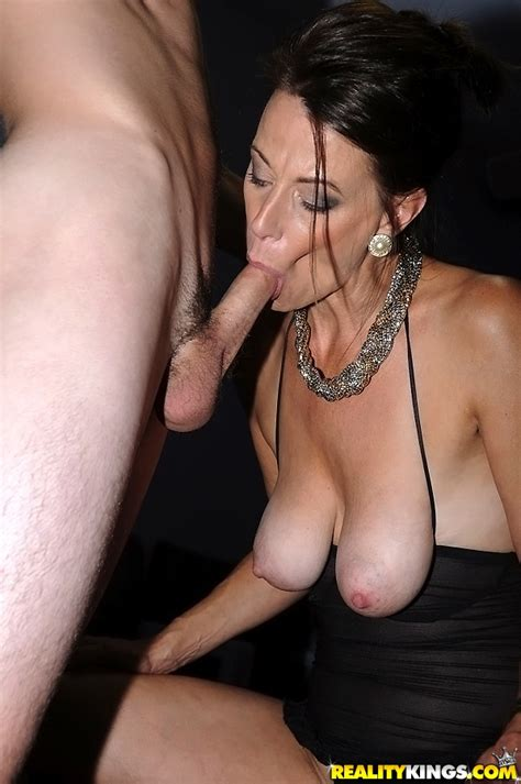 brunette mature slut mimi moore gives a blowjob and gets fucked