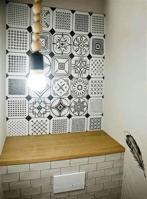 Unos aseos decorados en blanco y negro (y unos azulejos