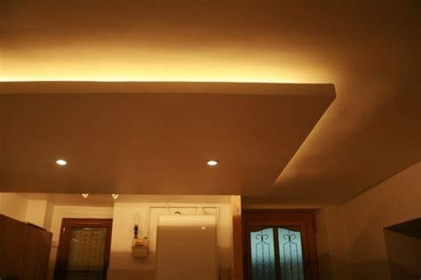 chambre a coucher avec papier peint faux plafond moderne dans la chambre à coucher et le salon