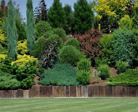 Garten Gestalten Immergrün by Gartengestaltung Hanglage Rasen Zaun Holz Pflanzenbeet