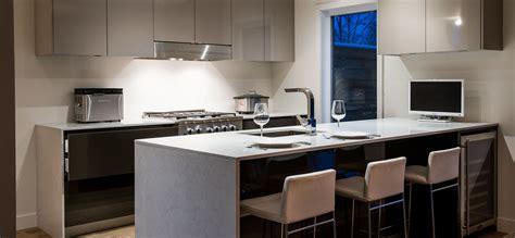 comptoire de cuisine cuisine moderne au fini lustré avec comptoirs de quartz