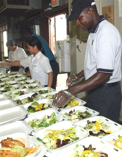service veterinaire cuisine file contracted food service workers prepare meals for