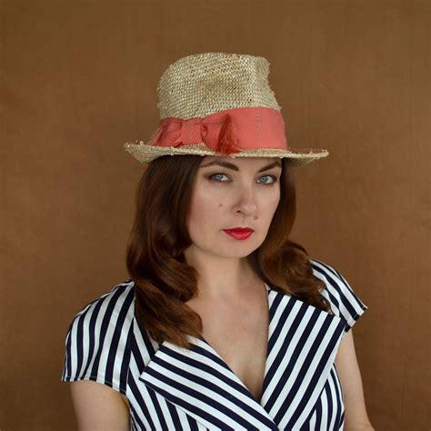 EVELĪNA - vasaras fedora stila cepure ar koraļu krāsas lentu