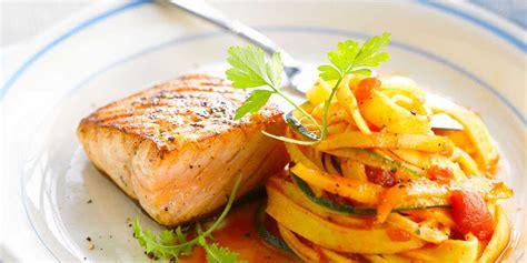 cuisiner saumon frais pavé de saumon grillé et tagliatelles facile recette