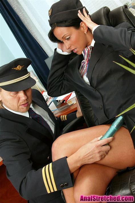 مضيفة الطيران تتتناك فى طيزها من الطيار نيك جامد فشخ شوف