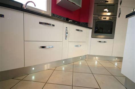 led plinthe cuisine cuisine îlot laquée blanche meubles jem
