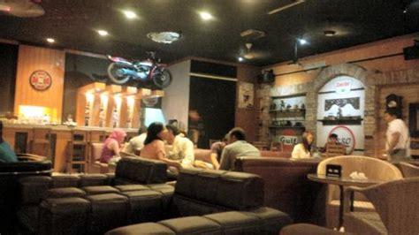 not jembatan merah suasana cafe di malam minggu picture of kopi racer pasuruan tripadvisor