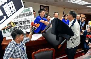 《TAIPEI TIMES 焦點》 Chair-wielding lawmakers bicker over ...