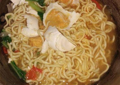 Yuk belajar cara membuat masakan soto mie untuk menu jualan pedagang kaki lima. Resep Mie kuah telur asin oleh Sdaradelima - Cookpad