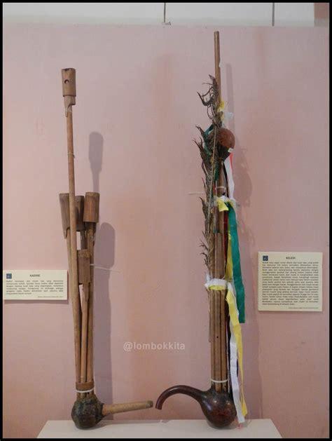 Alat musik ini berupa sitar tabung yang masuk dalam golongan idiokordofon. Pameran Alat Musik Tradisional di Museum NTB ~ JALAN JALAN MAKAN MAKAN