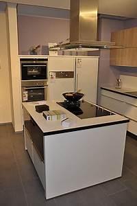 Moderne Küche Mit Insel : nobilia musterk che moderne l k che mit glastresen und koch insel ausstellungsk che in ~ Orissabook.com Haus und Dekorationen