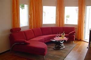 Modernes Wohnzimmer Mit Dunklen Moebeln