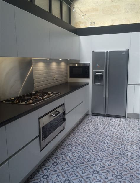 granit blanc cuisine cuisine blanche plan de travail noir cuisine blanc laque