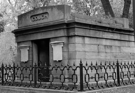 touring  tombs  mysterious mausoleums  chicagos