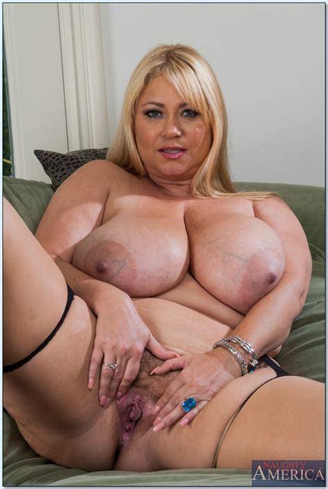 Buxom MILF with giant flabby boobs Samantha 38G taking off her clothes - PornPics.com