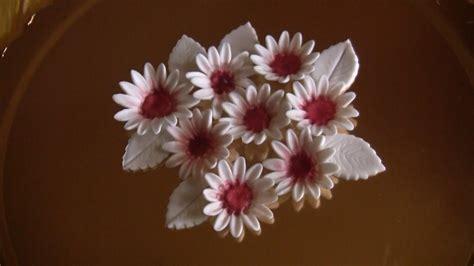 come fare fiori in pasta di zucchero come realizzare fiori e foglie in pasta di zucchero
