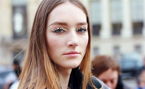 Glitter Makeup Bagian  Cara Membersihkan Glitter Pada Bagian Wajah Facetofeet Com