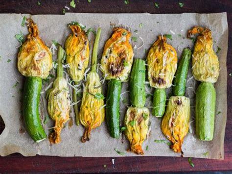 cuisiner les fleurs de courgette fleurs de courgette poêlées recette de fleurs de