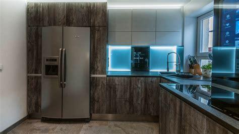 Küche Mit Amerikanischem Kühlschrank