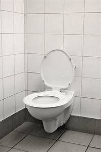 Klo Mit Wasserstrahl : einsames altes klo stockfoto bild von sp rlich schmutzig 3319574 ~ Sanjose-hotels-ca.com Haus und Dekorationen