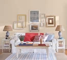 wohnideen landhausstil wohnzimmer wohnzimmer wandgestaltung ideen mit dekorativen bilderrahmen