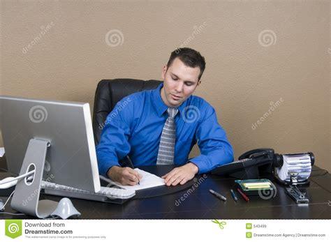 bureau homme d affaire homme d 39 affaires dans bureau images libres de droits