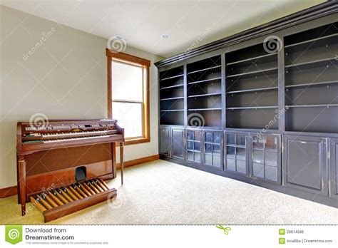 bureau vide pièce vide de bureau de bibliothèque avec le piano