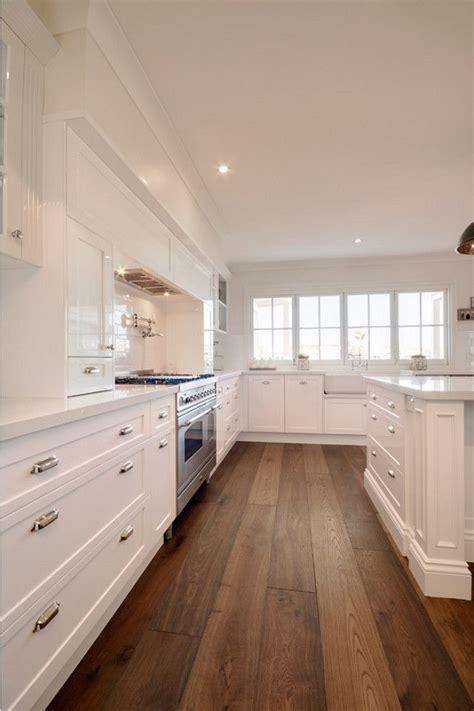 cuisine plancher bois cuisine avec armoires blanches et plancher de bois franc