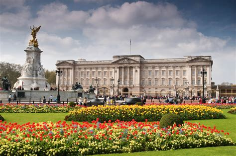 Buckingham palace is home to over 775 rooms, 19 of these are state rooms along with 52 official royal bedrooms and guest rooms. Buckingham Palace | Dreamhouse Apartments
