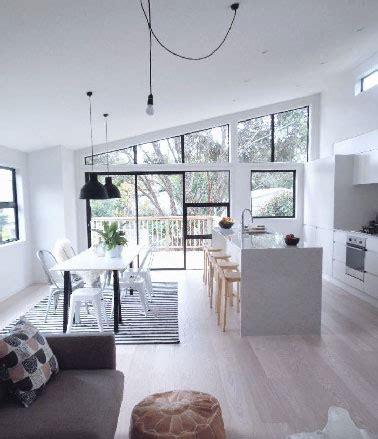 cuisine en longueur ouverte cuisine ouverte meubles et peinture blanche sur salon gris