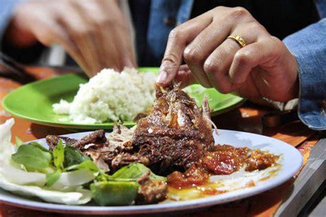 Resep bebek goreng bumbu pedas oleh ade riyana cookpad sumber : Coba Yuk, Resep Rumahan Nasi Bebek Madura Bumbu Hitam | Money.id