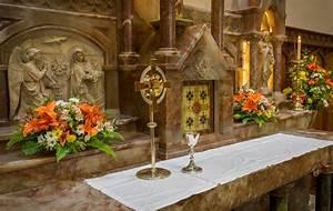 Easter altar, monstrance and chalice – Hobart Catholic
