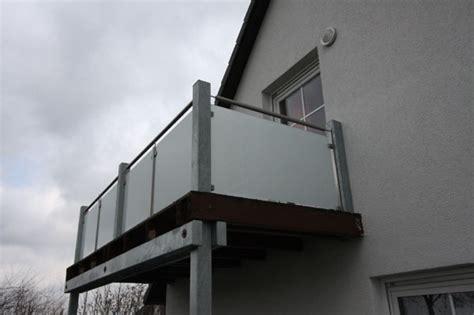 balkongeländer aus glas balkongel 228 nder mit glasf 252 llung aus satiniertem glas