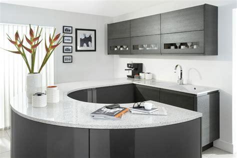 cuisine blanche et mur gris la cuisine laquée une survivance ou un hit moderne
