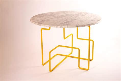 yellow table l base livius härer de illustrative