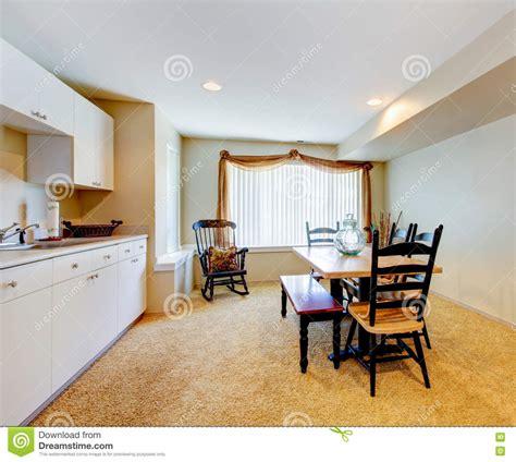 id cuisine simple vieil intérieur blanc et en bois simple de cuisine avec la