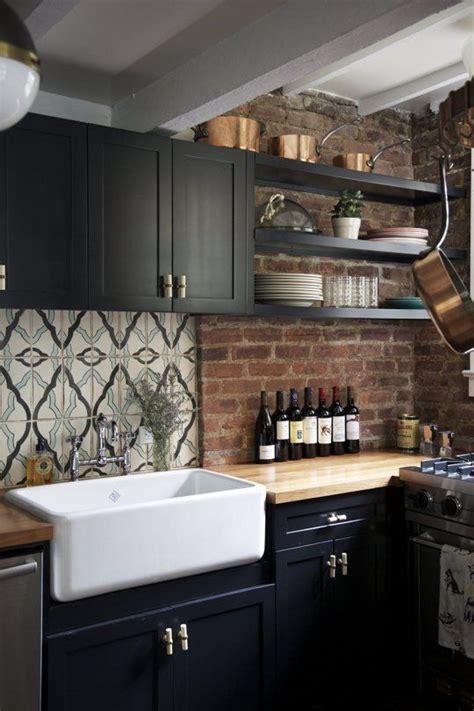 cuisine sur un pan de mur la fabrique à déco des briques dans la cuisine
