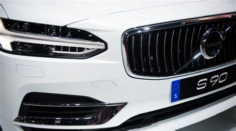 geely owned volvos ipo sees  valuations  initial