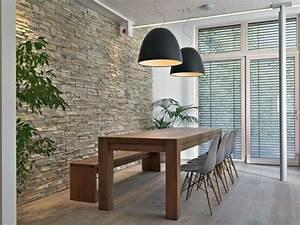 Pflanzen An Der Wand : natursteinwand im wohnzimmer im landhausstil gestalten ~ Markanthonyermac.com Haus und Dekorationen