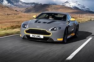 Aston Martin V12 Vantage S : watch the 2017 aston martin v12 vantage s stretch its legs ~ Medecine-chirurgie-esthetiques.com Avis de Voitures