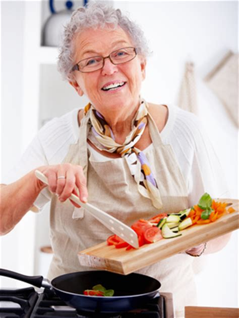 femme qui cuisine l 39 été une période propice pour s 39 occuper de soi magazine seniors